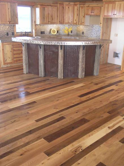 Photo mixed hardwood and softwood floor